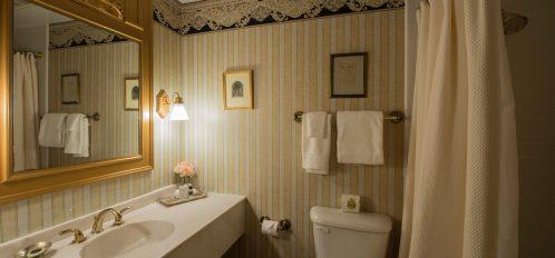 bathroom in palmetto room