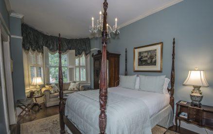 Rhett's Retreat - Bed & Couch